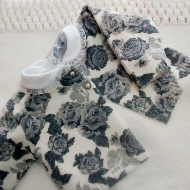 🔷 Que amor!!!! Linda Saída Maternidade flores cinza 💮💮 para sua princesa✨👑👑 Fio mousse bem quentinha para sua bebê!!! Com a maravilhosa Manta Pipoca 👧👧 〰 Pedidos WhatsApp 〰 Pedidos Direct  #meninas #maternidade #mousse #quentinho #aaranbaby #floralcinza #maternidadetricot #gestante #girls #tricotforbabys #tricô #fabricacaopropria #fabrica #aaranmodabebe #gestacao
