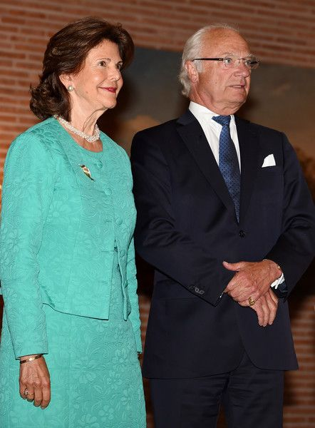 The King of Sweden Carl XVI Gustaf (R) and Queen Silvia of Sweden (L) pose for a photo during their visit at the Prinz-Carl-Palais in Munich, southern Germany, on July 24, 2017.  / AFP PHOTO / Christof STACHE