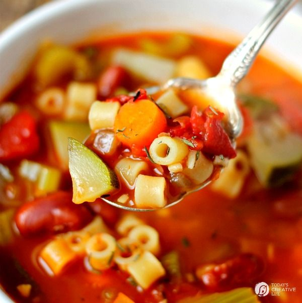 Slow Cooker Minestrone Soup | Crock Pot Soup Recipes are the perfect fall and winter meal. Hearty & delicious! Find more slow cooker meals on TCL!