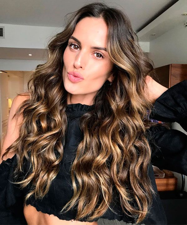 Izabel Goulart com beach waves.