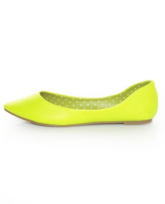 Love neon yellow  as a bold pop of color to the perfect spring/summer outfit