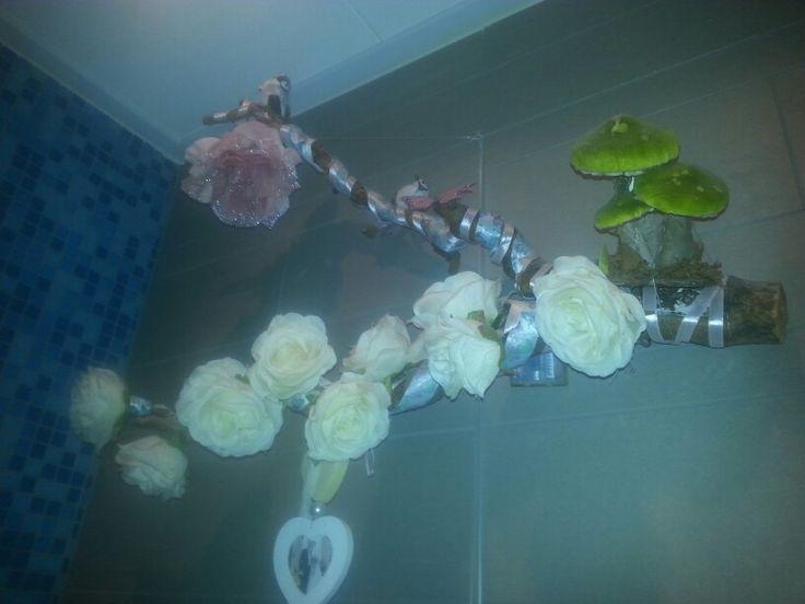 Oude tak afgezet met linten, bloemetjes lichtsnoer en versiering