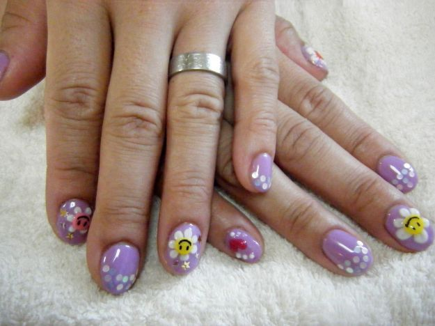 Симпатичный сиреневый маникюр с ромашками на коротких ногтях ::: onelady.ru ::: #nail #nails #nailart #manicure