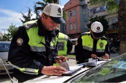Türkiye genelinde 10 bin polis trafik denetimine çıktı. Yaklaşık 19 bin sürücüye ceza kesildi