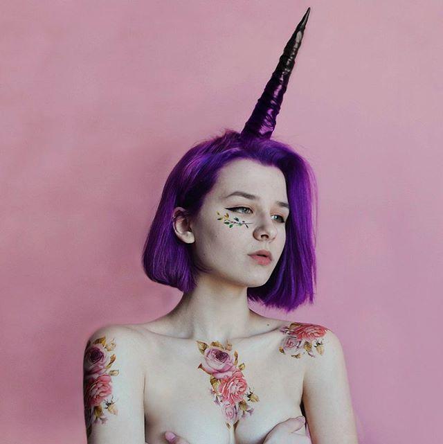 Unicorn vibes ⚡ Давно вынашиваю эту идею... И тут наконец взялась за нее! Надоело сидеть на месте и ждать, пока что-нибудь случится.  Очень вжаный опрос! Какие фотографии в моем профиле нравятся вам больше всего? Идейные снимки, рисунки, макро фотографии губ/глаз? Или еще что-нибудь... Ваше мнение очень важно! #unicorn #pale #pink #peony #peonytattoo #plum #handmadeaccessory