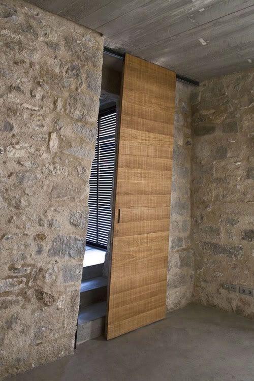 Puertas de madera con paredes de piedra. Me agrada que sean corredizas.