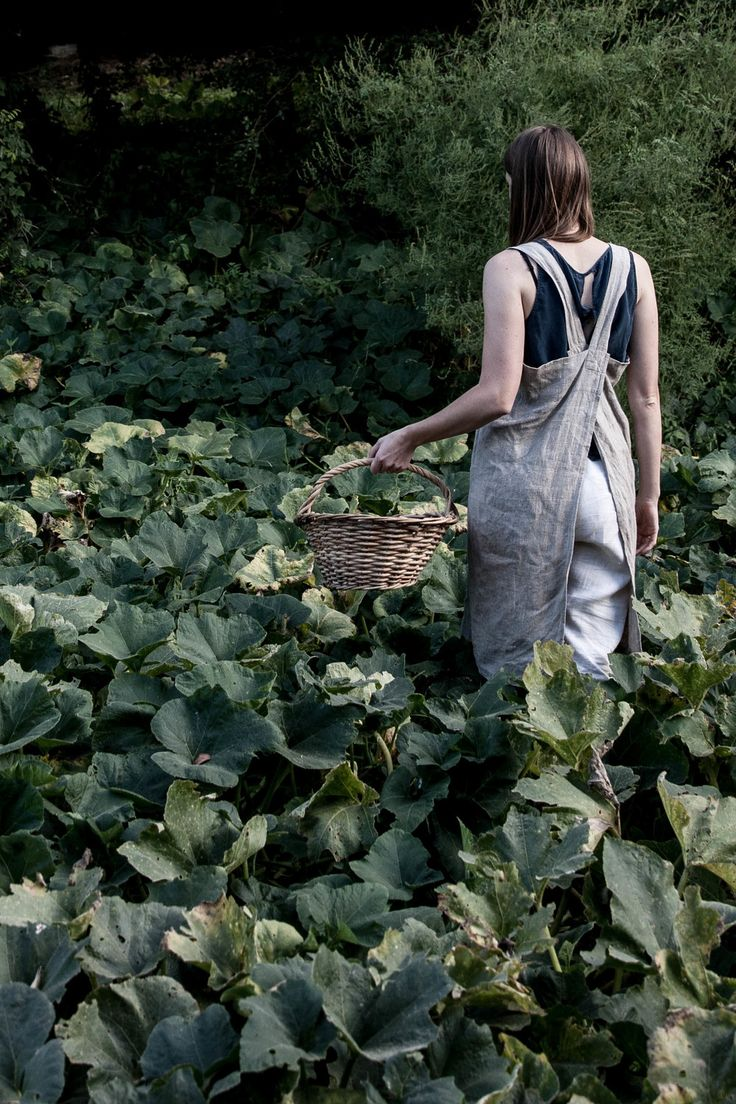 Linen cross-back apron - literally just saw a woman with this on yesterday and wanted one