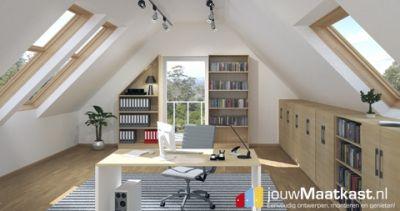 In deze kantoor ruimte is er gekozen voor een combinatie van maat meubels. Aan de achter wand zie je 2 schappenkasten waarvan een met en schuine wand. Op de voorgrond een bureau dat op maat gemaakt is met 2 verschillende decors. En over heel de breedte rechts zijn kasten geplaatst met een schuine wand achter zodat de ruimte volledig gebruikt kan worden voor opslag.