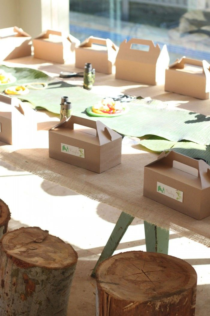 Burlap on tables and packed lunches