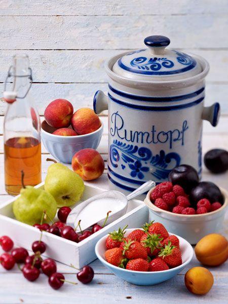 Um saftiges Sommerobst für den Winter zu konservieren, muss man es nicht unbedingt zu Marmelade, Konfitüre oder Gelee verarbeiten. Warum nicht mal einen Rumtopf ansetzen und Erdbeeren, Aprikosen, Kirschen, Pflaumen in hochprozentigen Rum einlegen.