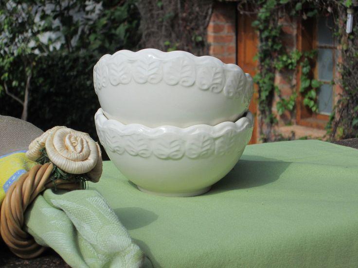 Bowl com relevo de folhinhas na cor cru. <br>Peça feita em cerâmica e pintada à mão. <br>Presente lindo, pode ser composto com outras peças da mesma coleção que se combinam. <br>Para ser usado com sorvete, sucrilhos, sopa,frutas etc...