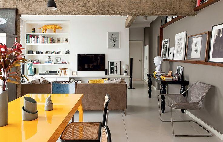 Parede cinza, piso porcelanato, parede branca, disposição do sofá + tv + mesa de jantar; prateleira para livros e canto office