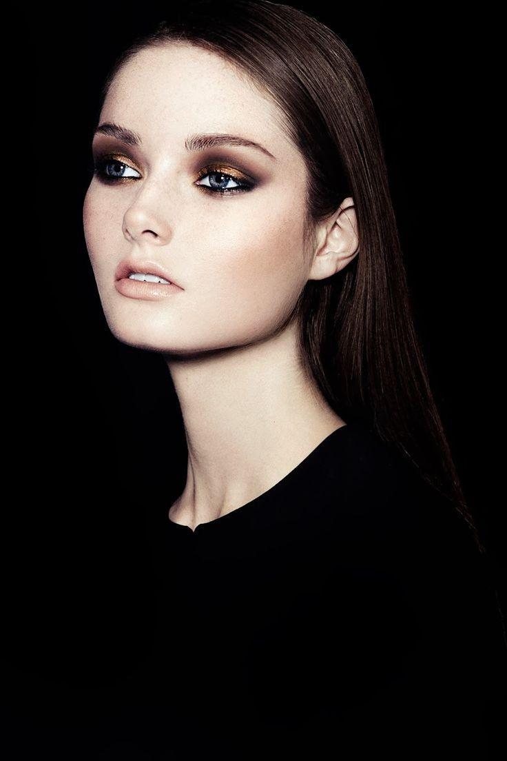 maquiagem maravilhosa com olhos esfumados com sombra metalizada.