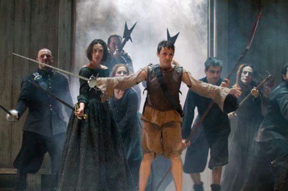 Escena teatral represtendada por diversos personajes