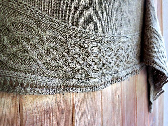 Keltiske knuder. Halvcirkelformet sjal, der ender i en meget fin bort med keltiske snoninger. Pind 4½.