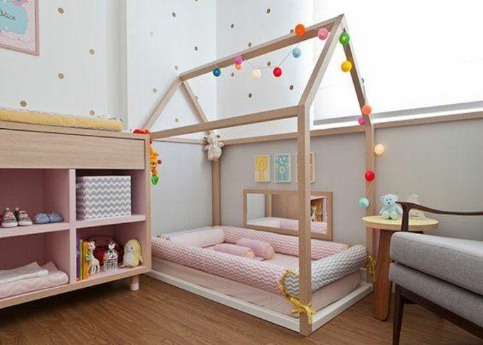 chambre-montessori-fille-lit-maisonnette-en-bois-matelas-rose-peinture-mur-gris-et-blanc-commode-en-bois-chaise-grise-parquet-en-bois