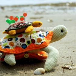 Free pattern and tutorial for sewing a turtle pincushion sewing kit combo - adorable!!