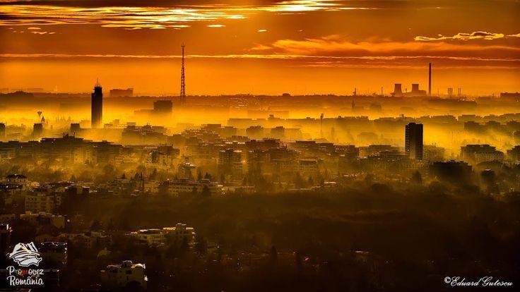București la apus   În semn de noapte bună, o imagine panoramică a Bucureștiului care parcă își trage pătura de ceață peste clădiri și e gata de culcare.
