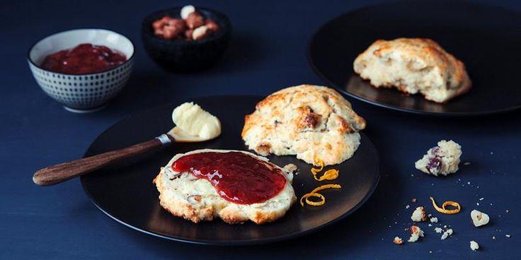 Grove scones er så lett å bake at du rekker det før frokost. Oppskrift på grove scones og tips til mange deilige smakskombinasjoner.