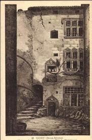 """Niort, hôtel Chardon: La carte postale permet de mesurer l'outrage fait à la maison de Candie. - L'hôtel Chardon, bâtisse de la fin du XIV°s ou du début du XV°s, situé 5 rue du Pont à Niort, maison qui fut par la suite dénommée successivement hôtel Chaumont, palais de justice et prison criminelle. """"Henri V d'Angleterre venait de se faire couronner roi de France. Le dauphin Charles VII, régent du royaume, qui avait déjà invoqué le secours des écossais contre leurs ennemis héréditaires, (...)"""""""