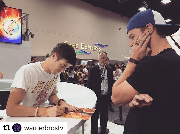 The #Arrow getting an autograph from the #Flash. #SDCC2016