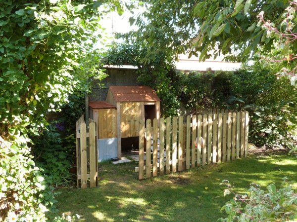 Notre poulailler a enfin un enclos digne de ce nom ! Nous avons enlevé la clôture faite de bric et de broc (grillage, piquets et barrières de récup') pour la remplacer par des barrières de de bois bien proprettes avec un petit portillon. La hauteur de...