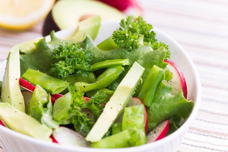 Зелёный салат со сладким горошком и редисом