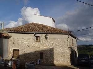 #casa #rural Casa de la Fuente. Casa de piedra, con más de 100 años de antigüedad, recién restaurada y ubicada en la plaza de la Fuente, donde se conserva y utiliza el antiguo pilón de agua de la montaña. #turismorural #Badajoz