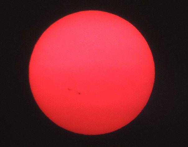 Солнце с пятнами сквозь густой дым. Авторы снимков: Уэйд Барретт и Гари Кларк, Лиман, штат Вашингтон, США. / Astro Analytics