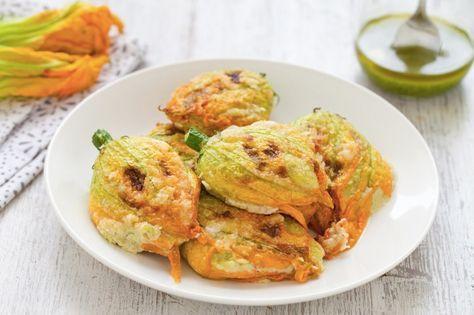 I fiori di zucca sono un antipasto sfizioso e irresistibile, in questa versione non li abbiamo fritti ma cucinati al forno per renderli più leggeri