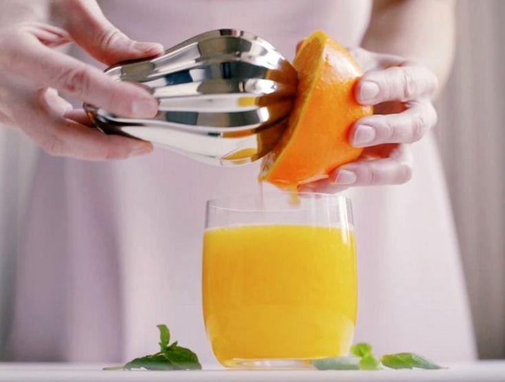 De citruspers Bulb van Magisso is meer dan alleen een keukenhulp. Het kleine kunstwerk van Simon Stevens wordt geleverd met een houten sokkel waar de pers decoratief op wordt gepresenteerd. De organische vorm is zeer geschikt om limoenen, citroenen en sinaasappelen mee te persen.