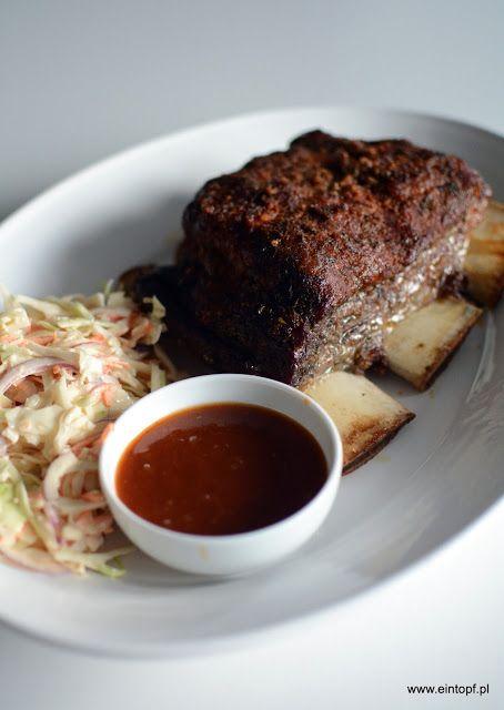 eintopf: żebra wołowe z sałatką coleslaw i sosem BBQ