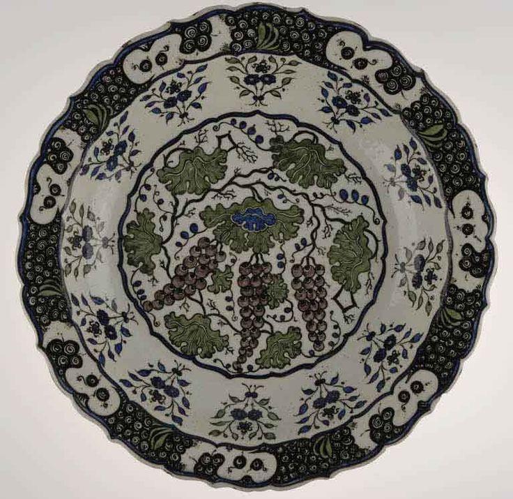 Plats aux grappes de raisins vers 1535 - 1545 Turquie, Iznik Céramique, décor peint sous glaçure