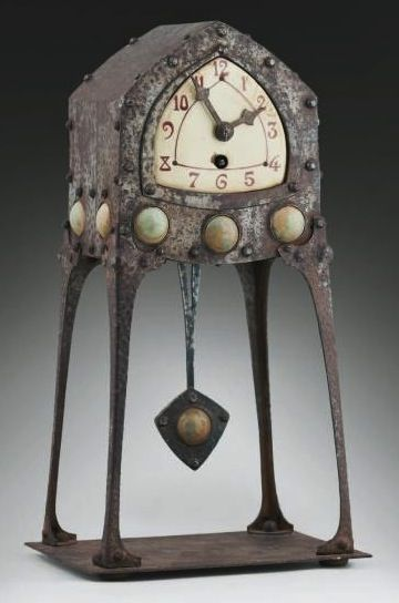Albin MULLER (1871-1941)  Also named Albinmuller) (Darmstadt) Pendulum secessionist hammered iron mounted on four facets openwork feet. Decor medallions glazed ceramic green water. White enamel dial with red enamelled ivory figures. Original key and pendulum. H: 37.5 cm