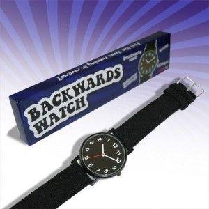 """""""Kötü saat, yaramaz saat!"""" Hiç de göründüğü kadar masum bir saat değil ama gerçekten çok komik. Çünkü bu saat olması gereken çalışma yönünün tam aksi yönde çalışıyor. Bu saati hediye ettiğiniz erkeğe bir kaç saat sonra zamanı sorduğunuzda büyük bir şaşkınlık yaşayacak uzun süre kendine gelemeyecek!"""