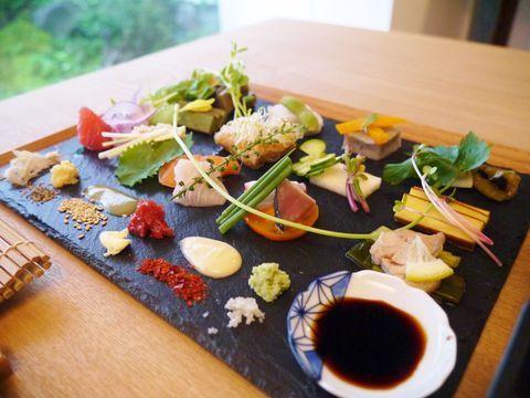 せっかくの京都旅行なら、見た目・味・コスパともに納得のいくお店を選びたいものです。今回ご紹介する「アウーム」は、見た目にも器にもこだわりのある、美しい和食のお店。京都らしい町家の雰囲気の中でいただく繊細で美しいお料理は、並んででも食べる価値があります。外国からの観光客の方にも是非利用していただきたい、日本の美意識を感じることのできる、おすすめの一店です。