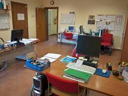 A lavoro in ufficio la maggior parte del tempo davanti al pc, al telefono o in riunioni presso i clienti.