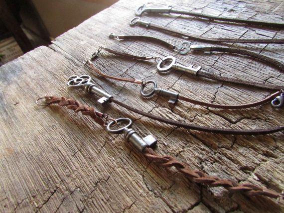 Llave esqueleto pulsera en cordón de cuero rústico por aptoArt