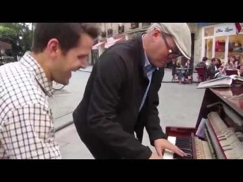 Kakek ini spontan duet piano jalanan, ternyata.... keren abizzz