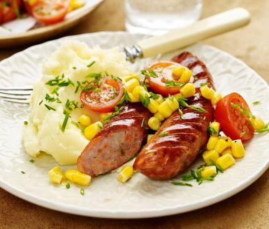 Korv med potatismos är en favorit som går hem hos många, och här bjuds det på en god variant med smakrik grönsakskorv. Korven steks i panna men går naturligvis lika bra att slänga på grillen. Servera med en fräsch sallad på majs och körsbärstomater.