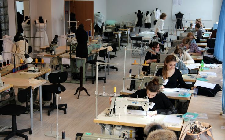 Studenci pierwszego roku na zajęciach Wiedza Techniczna i Materiałoznawstwo oswajają się z maszynami do szycia.