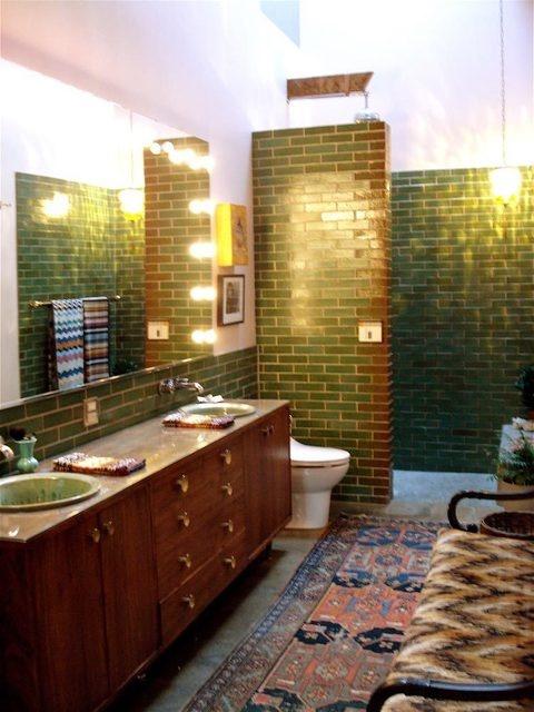 i love the avacado tile, and the rug!  bathroom