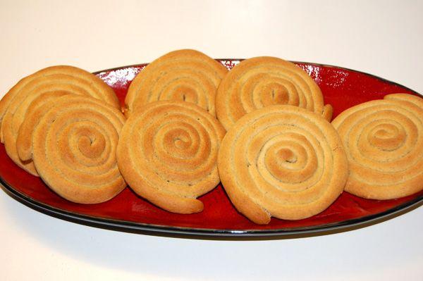 """Rengakaka er et bakverk som kommer fra Rana og var lenge hverdagskost i bygder der bygg var den viktigste kornsorten. Nå bakes de nok mest til jul og påske, men er et sterkt og tradisjonsrikt bakverk i de fleste hjem i og omkring Rana. Den kan bakes grov eller fin, dere får den grove versjonen, som i mine øyne er den """"rette"""" rengakaka! Rengakaka blir sprø når den er stekt og benyttes istedetfor brød, så er ingen søt julebakst dette."""