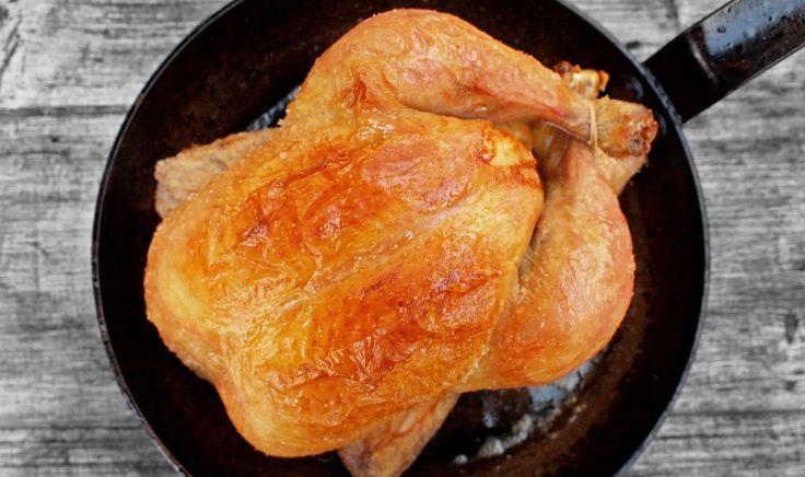 Postupů na pečené kuře je všude venku asi milión a je někdy až neskutečné, jaké šílené cviky někteří kuchaři doporučují. Můj recept dává na první místo chuť, hned potom pohodlnost a nechybí ani důraz na šťavnatost.   Pokud znáte pečené kuře od T...