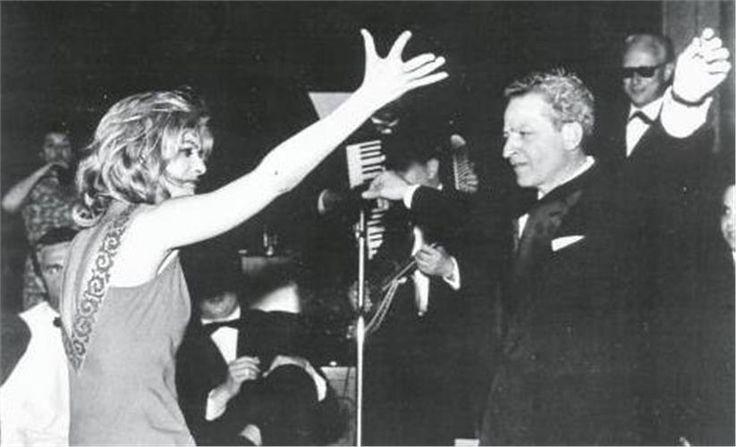 Κάννες 1960 Ο σεισμός Μελίνα Η βραδιά τα είχε όλα: Τον Ντασσέν να χορεύει χασάπικο πάνω σε τραπέζι, τον Γιώργο Φούντα να μαθαίνει ζεϊμπέκικο στη Χάγια Χαραρίτ, την Μπέτσι Μπλερ να ακολουθεί στο τσα-τσα τον Μάνο Χατζιδάκι, τον συγγραφέα Ζορζ Σιμενόν να φωνάζει «κούκλα, να ζήσεις» στη Μελίνα... Και πάνω απ' όλους η Μελίνα να παρασύρει τους πάντες στον ρυθμό της (μαζί με τη Δέσπω Διαμαντίδου). Ενα πειραιώτικο γλέντι σε γαλλικό έδαφος και με χιλιάδες φλας φωτογραφικών μηχανών.
