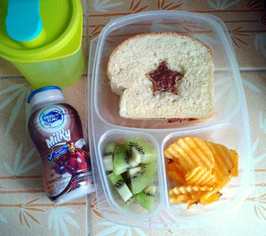 Attar's lunch box (14SEP15) : homemade bread with Nutella, Chitato chips, kiwi fruit, choco milk and mineral water.  Have a Happy Monday! Xxx