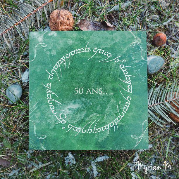 """Carte d'invitation avec message caché en langue elfique. """"Cinquante ans ! Joyeux anniversaire Dominique"""". Sur le thème du Seigneur des Anneaux et de la nature."""