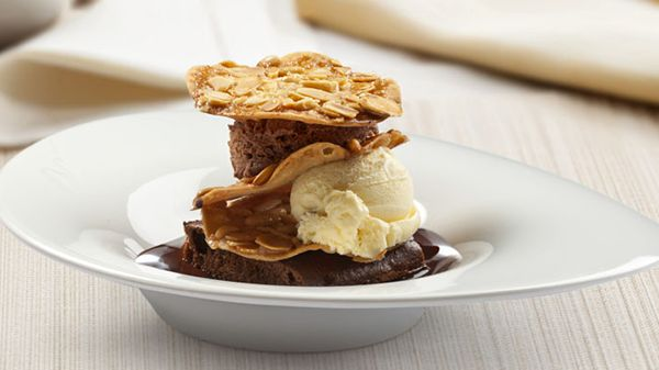 Esta noche será más #dulce si la acompañas de uno de nuestros postres estrella: #Croccantino Crujiente de frutos secos con mousse #Rocher, helado al gusto y #chocolate. ¡Irresistible!   http://www.latagliatella.es/menu/dolci-postres/