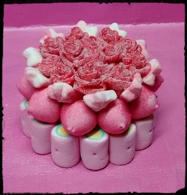 Mini tarta chuches con rosas de regaliz.