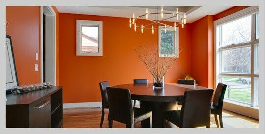 Comedor minimalista con paredes naranja living room for Decoracion hogar naranja